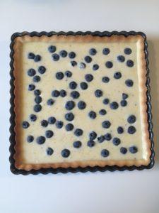 Her ses tærten med citroncreme og blåbær inden den kommes i ovnen.