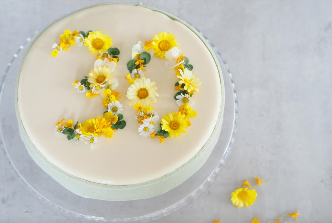 fødselsdagslagkage spiselige blomster marcipan glaze