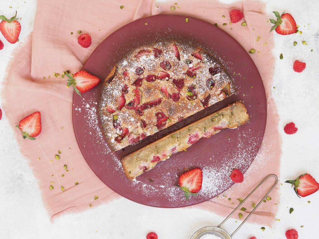 Nem-glutenfri-sommerkage-m.-mandelnougat,-marcipan-og-bær1