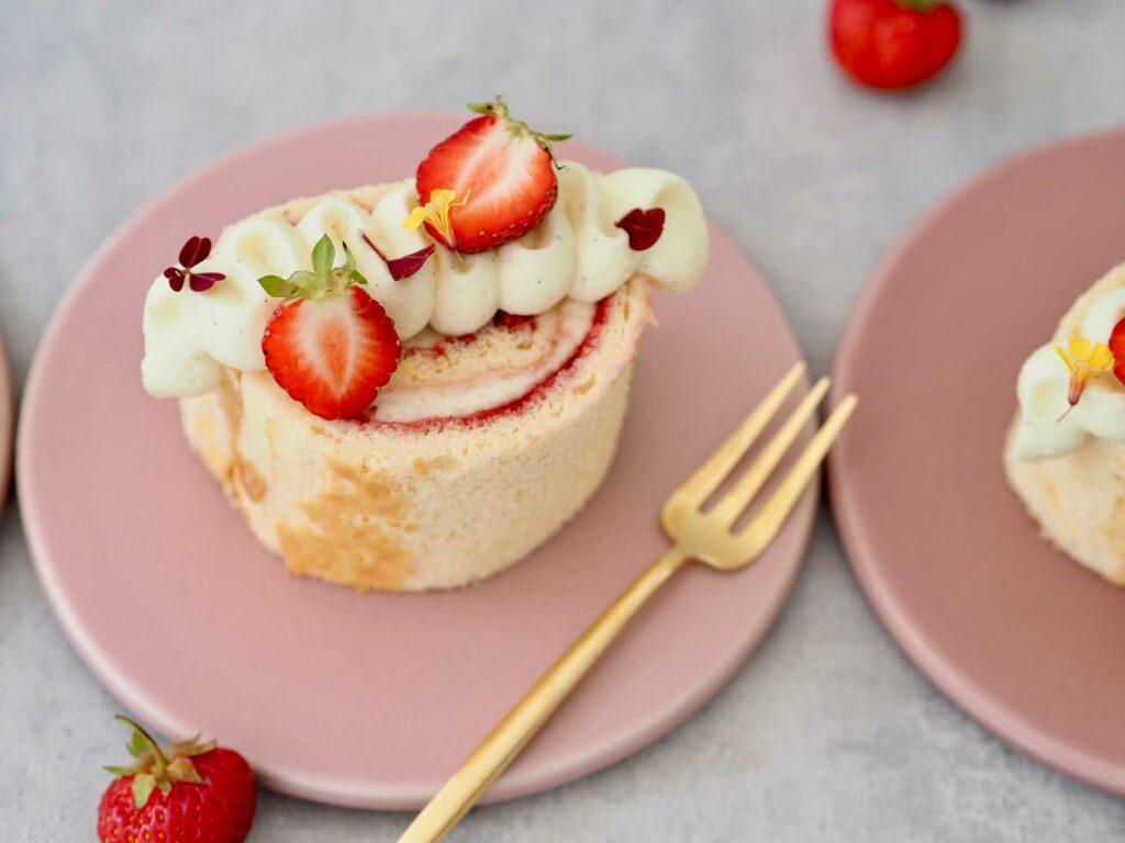 Roulade-med-hyldeblomst-og-jordbær1